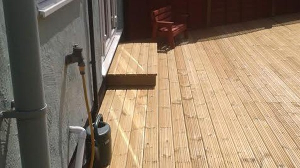 Curved theme wooden deck - Thaxted - 2